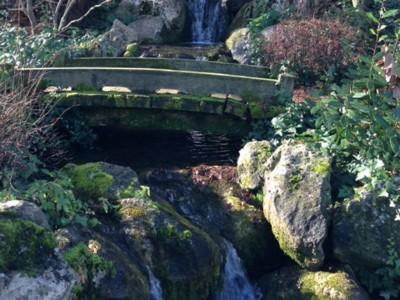 Японский сад, струящаяся вода