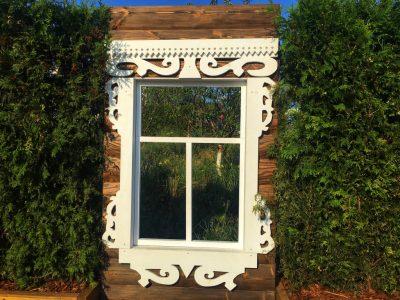 В окно можно увидеть другой сад